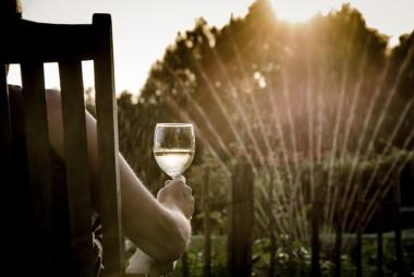 wijn drinken op veranda
